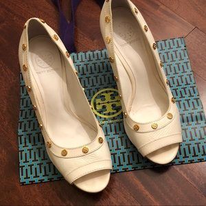 TORY BURCH OFF WHITE LEATHER WEDGES WT GOLD STUDS!